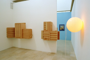 Xavier Veilhan, <em>Sans titre (Les immeubles)</em>, 1991<br />construction murale en bois (au recto et verso du mur), 140 (p) x 193 (h) x 333 (l) cm<br /><br />Richard Agerbeek, <em>He couldn't go on living...</em>, 77 x 62 cm<br /><br />Angela Bulloch, <em>Blue/Orange Switch Piece</em>, 1991<br />technique mixte, programmation couleur, 48 X 181 cm  (sphère : 46 cm)