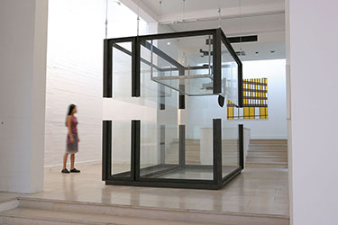 Damien Hirst, <em>The Acquired Inability to Escape, Inverted and Divided</em>, 1993<br />installation, technique mixte, 245 x 305 x 213 cm<br /><br />Sarah Morris, <em>Mid Town (Seagram Building)</em>, 1998<br />huile sur toile, 183 x 183 cm