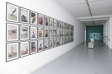 Erwin Wurm, <em>Sans titre</em>, 1997<br />48 photographies de la série One Minute Sculpture, dimensions variables selon installation