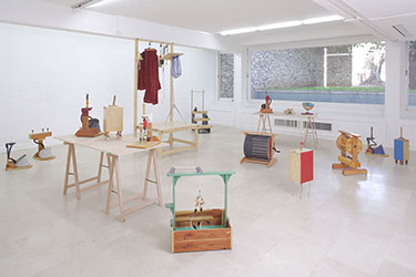 Martin Kersels, <em>Orchestra For Idiots</em>, 2005<br />ensemble d'une vingtaine de sculptures, techniques mixtes, dimensions variables<br />Courtesy galerie Georges-Philippe & Nathalie Vallois (Paris)