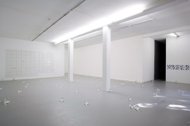 Ryan Gander, <em>A Sheet Of Paper On Which I Was About To Draw, As It Slipped From My Table And Fell To The Floor</em>, 2008<br />100 boules de cristal gravées au laser, 15 cm de diamètre ( x 100), installation au format de la salle<br />Courtesy de l'artiste et Annet Gelink Gallery, Amsterdam<br /><br />