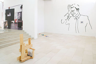 Ryan Gander, <em>Felix Provides A Stage # 6 – (Eleven Sketches For 'A Sheet of Paper on Which I was About To Draw, As It Slipped From My Table And Fell To The Floor')</em>, 2008<br />impression numérique collée au mur, 295 x 460 cm<br /><br />Ryan Gander, <em>Oh No Not Again</em>, 2008<br />dessin mural à l'encre noire, illustration encadrée, 396 x 368 cm (dessin mural), 29 x 35 cm (cadre)<br /><br />Ryan Gander, <em>Rietveld Reconstruction (Abel)</em>, 2006<br />sculpture en bois, sac plastique, livres, 115 x 83 x 81 cm