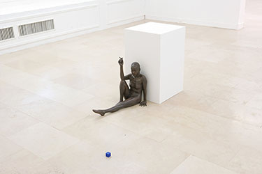 Ryan Gander, <em>I Don't Blame You, Or, When We Made Love You Used To Cry And I Love You Like The Stars Above And I'll Love You Until I Die</em>, 2008<br />sculpture en bronze, socle blanc, cube en plastique bleu, 54 x 69 x 33 cm (sculpture), 80 x 50 x 50 cm (socle), 3 x 3 x 3 cm (cube)<br />Courtesy de l'artiste, Annet Gelink Gallery, Amsterdam et Lisson gallery, Londres<br /><br />