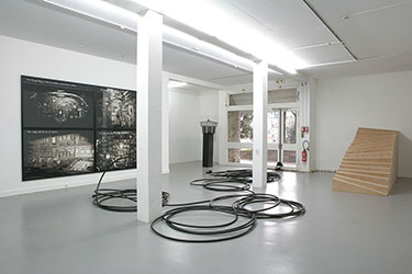 Gilles Barbier, <em>The « Eternal Return » Theory of Primary and Secondary Rewards</em>, 2009<br />gouache sur papier, 125,5 x 196 x 3,5 cm<br /><br />Gilles Barbier, <em>The Steroid Theory of Work</em>, 2009<br />gouache sur papier, 125,5 x 196 x 3,5 cm<br /><br />Gilles Barbier, <em>The Mega Mall Theory of Desire</em>, 2009<br />gouache sur papier, 125,5 x 196 x 3,5 cm<br /><br />Gilles Barbier, <em>The Psilocybe Theory of Perception</em>, 2009<br />gouache sur papier, 125,5 x 196 x 3,5 cm<br /><br />Marc Chevalier, <em>Double Vecteur, « Nous jaillissons les uns des autres »</em>, 2010<br />dictionnaire, baskets,chapeau,  croquettes pour chat, prise électrique, dimensions variables<br /><br />Ma Chong, <em>La Ville invisible</em>, 2010<br />contre-plaqué 22 mm, transferts sur mur, 180,3 x 401 x 130 cm<br /><br />Christian Marclay, <em>Extended Phone</em>, 1994<br />poste téléphonique, 152 mètres de tube PVC noir, dimensions variables<br /><br />Bettina Samson, <em>Mon Oncle — BT 11</em>, 2005<br />plexiglas, bois peint, aluminium, inox, scanner de bande des fréquences aéronautiques, lampe halogène, haut-parleur, système électronique, 225 x 75 x 75 cm