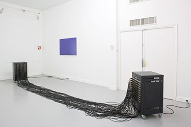 Dominique Blais, <em>Transmission</em>, 2008-2009<br />meubles Rack 19 pouces, lecteur CD, amplificateur, câbles, CD audio, dimensions variables<br /><br />Will Potter, <em>Raw Darkness : Temperature 4000°, Tint + 150 Exposure + 4.00</em>, 2007<br />photographie contrecollée sur Dibond, 120 x 80 cm