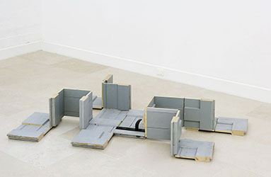Roman Ondák, <em>Door Leading to Many Directions</em>, 1997<br />installation, 168 x 95 x 27 cm<br />Courtesy de l'artiste