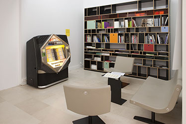 Jérôme Joy, <em>Collective Juke-Box 4.04</em>, 1996-2004<br />jukebox compact disc, 1487 pièces sonores de 557 artistes, 80 x 164 x 64 cm